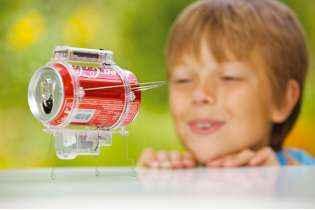 enfnat joue avec le Kit Robot Insecte - 4M - Jeu Écologique - Kidzlabs - Jouet Scientifique