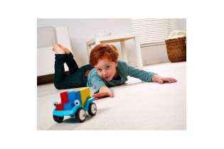 enfant joue Smart Car 5 x 5 - Casse-tête Éducatif de Logique - SMART Games
