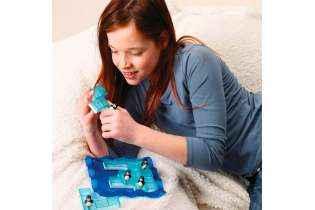 Jeune fille joue Les Pingouins Patineurs - Remue Méninges - SMART Games