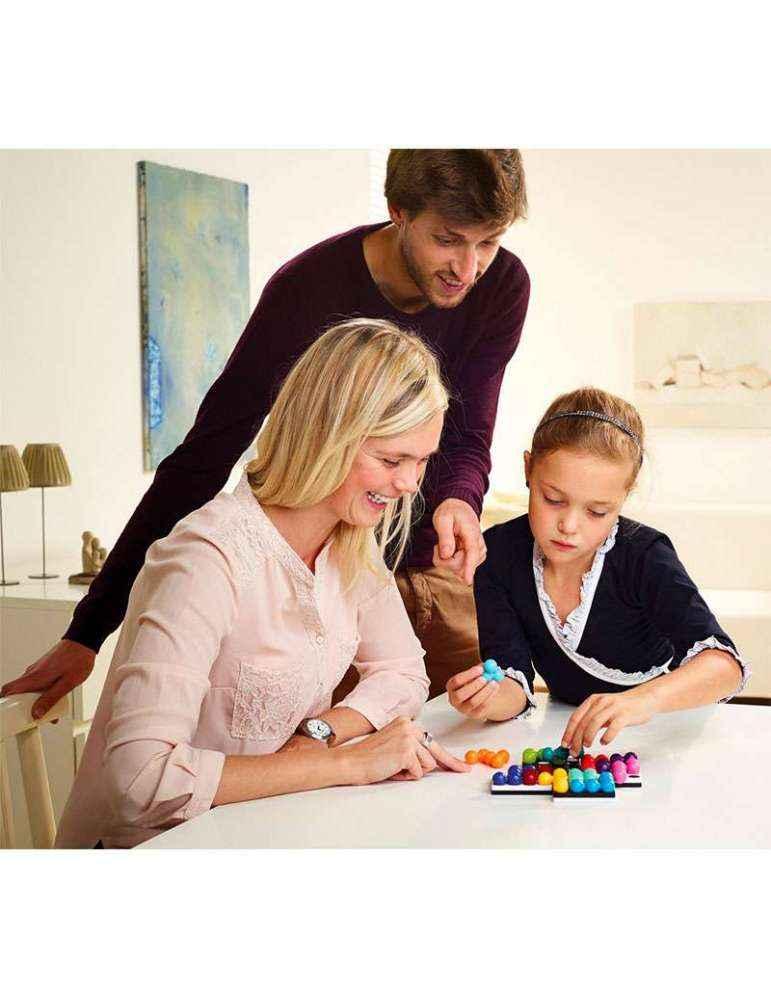 Pere mere et fille jouent Quadrillon - Remue Méninges - SMART Games