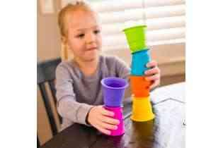enfant joue Gobelets ventouse Suction Kupz - Fat Brain Toys - jeu d'éveil