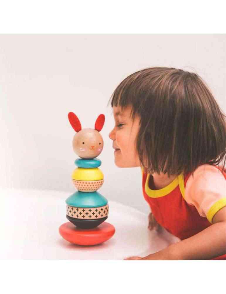 petite fille joue avec Lapin culbuto à empiler - Petit Collage - Jouet d'éveil en bois