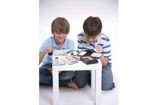 enfants jouent Kit Empreintes Digitales - 4M - KidzLabs - Jouet Scientifique